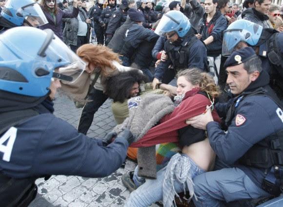 Indignados en la Plaza San Pedro, Vaticano. Foto: AP