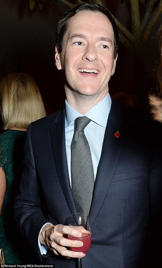 Um Osborne inteligente aproveitou um coquetel de cor-de-rosa enquanto ele se misturava com as pessoas bonitas