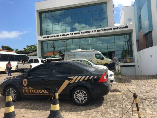 Carro da Polícia Federal na Secretaria de Meio Ambiente