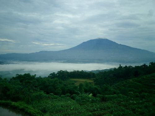 http://f4tim3.files.wordpress.com/2010/04/20091013gunung-ciremai.jpg