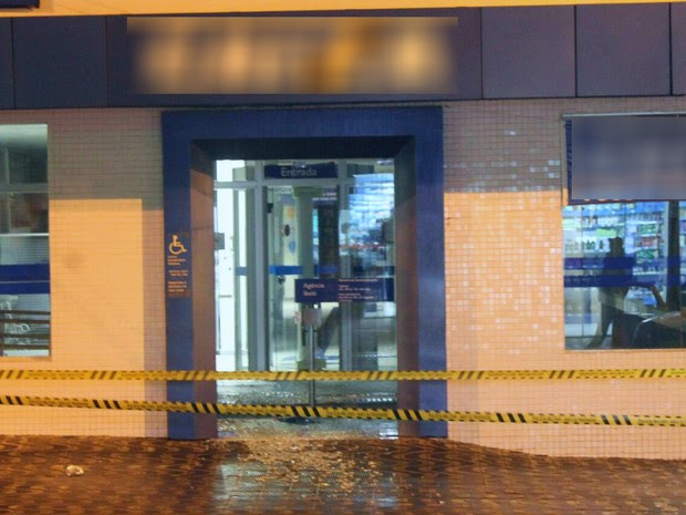 Moradores que passavam em frente ao banco foram feitas reféns pelos ladrões durante a ação (Foto: Mariza Oliveira/Arquivo pessoal)