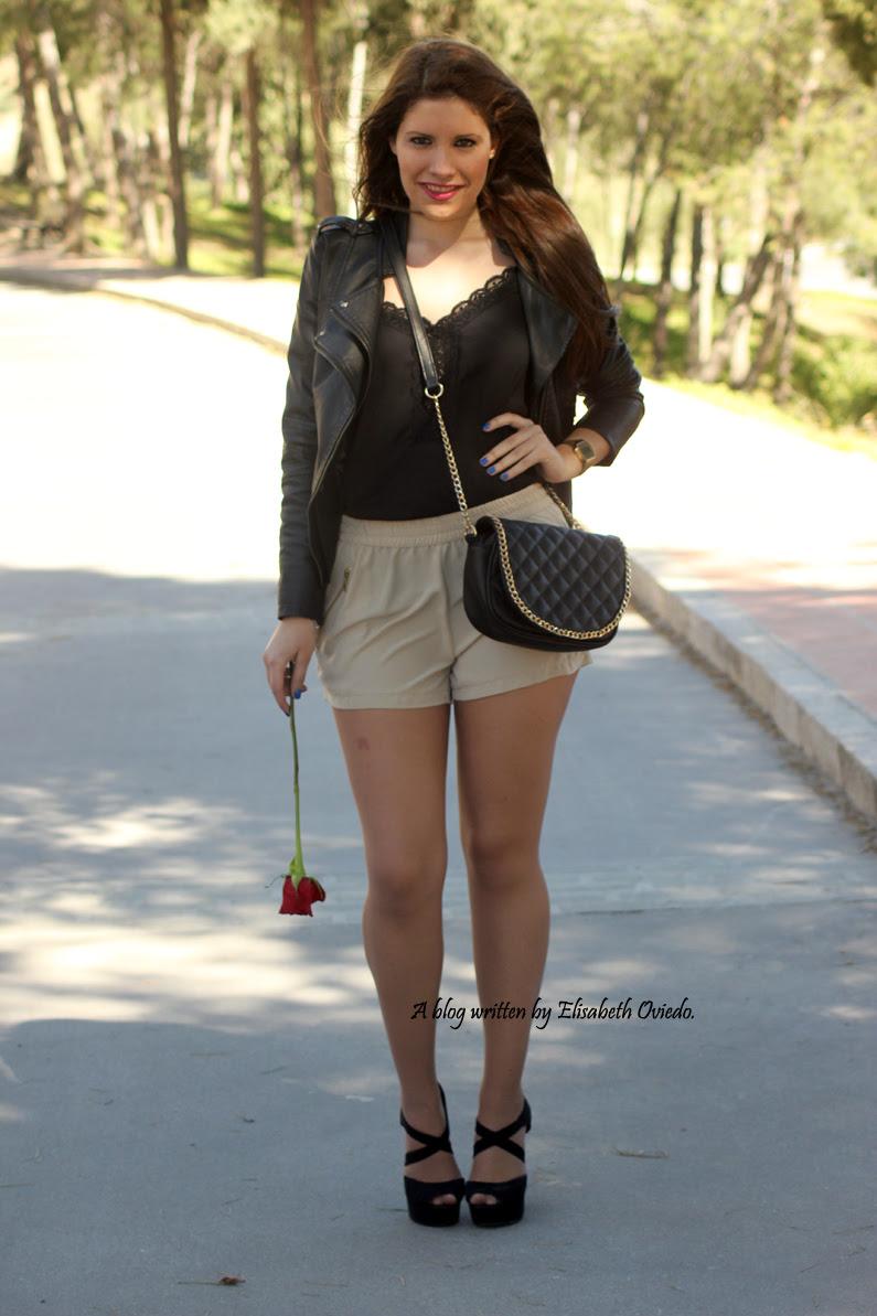 chaqueta-de-cuero-negra-y-shorts-camel-HEELSANDROSES-Vesania-moda-(5)