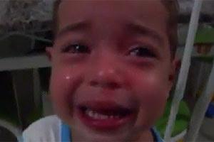 Menino chora porque o irmão gêmeo matou a formiga no YouTube (Foto: Reprodução)