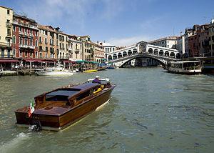 English: The Rialto Bridge over Venice's Grand...