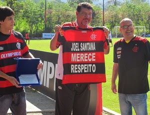 Joel Santana recebe homenagem (Foto: Richard Fausto / Globoesporte.com)