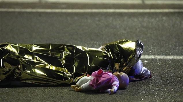 Un corps est étendu à côté d'une poupée à Nice où un camion a foncé sur la foule.