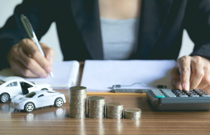 How is the price of auto insurance calculated?