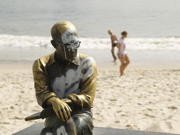 Resultado de imagem para Estátua de Drummond é mais uma vez alvo de vandalismo no Rio