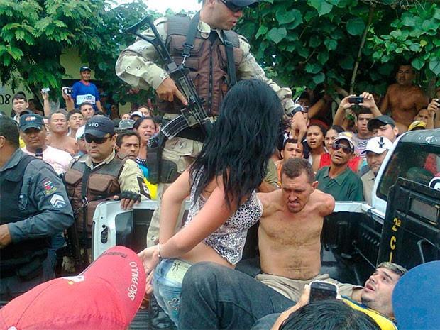 Suspeitos detidos logo após o assalto aos Correios de Riachuelo foram levados para a delegacia  (Foto: Adriana Nascimento)