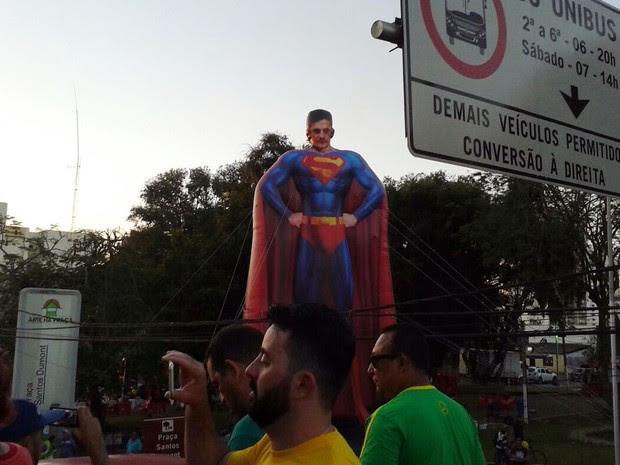 Manifestantes em Cuiabá colocaram um boneco do juiz federal Sérgio Moro vestido de Superman (Foto: André Souza/G1)