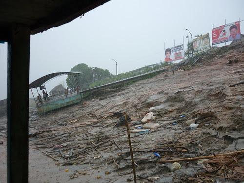 Malgre le deluge, on voit que l'eau arrive bien en dessous de ce ponton flotant