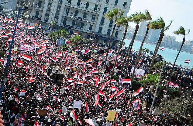 Manifestantes antigoverno tomam as ruas da litorânea Alexandria, segunda maior cidade do Egito, no 18º dia de protestos