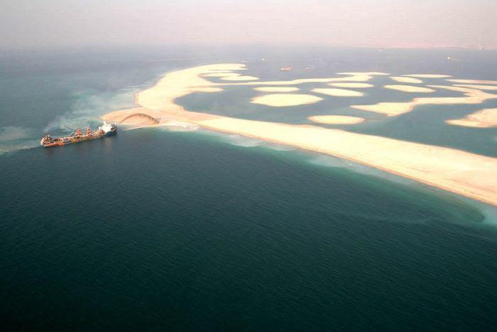 Homem construindo ilhas em Dubai 09