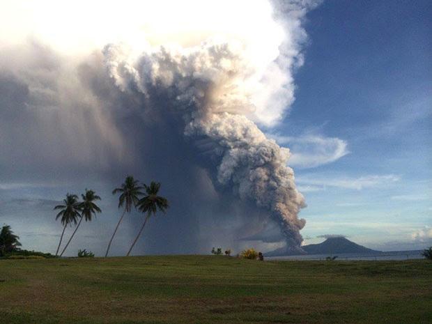 O Tavurvur, cuja violenta erupção em 1994 devastou a cidade de Rabaul, na ilha de Nova Bretanha, despertou na madrugada desta sexta-feira (Foto: Oliver Bluett/AFP)