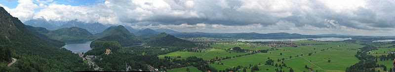 File:Neuschwanstein Fernblick pano2.jpg