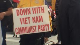 Một biểu ngữ của người biểu tình gốc Việt bên ngoài Thư viện Tổng thống Lyndon Johnson.