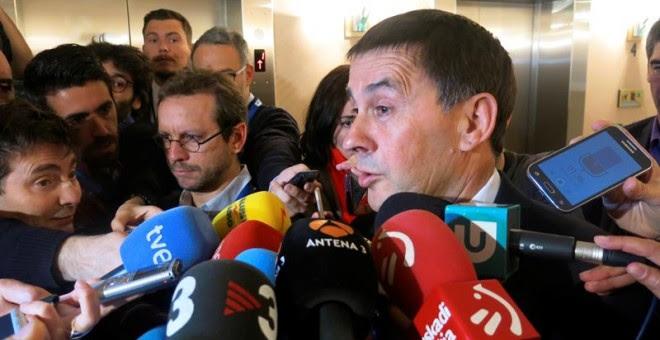 El líder de la izquierda independentista vasca Arnaldo Otegi realiza una declaración a los medios de comunicación a su llegada al Parlamento Europeo, donde participó en una conferencia organizada por eurodiputados del Grupo de Amigos del País Vasco. EFE/R