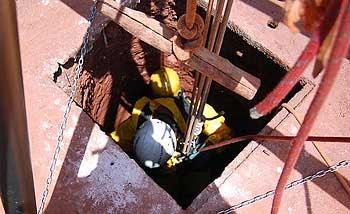 Bombeiro descendo para o resgate na cisterna (Divulgação Corpo de Bombeiros )