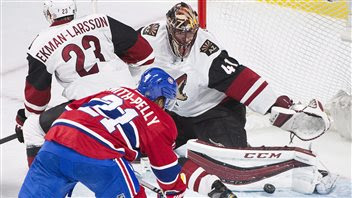 Mike Smith bloque un tir de Devante Smith-Pelly.