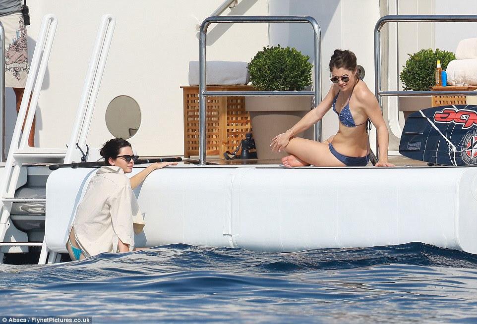 Escalada em: Limber Kendall subiu de volta para o barco depois de um mergulho no oceano