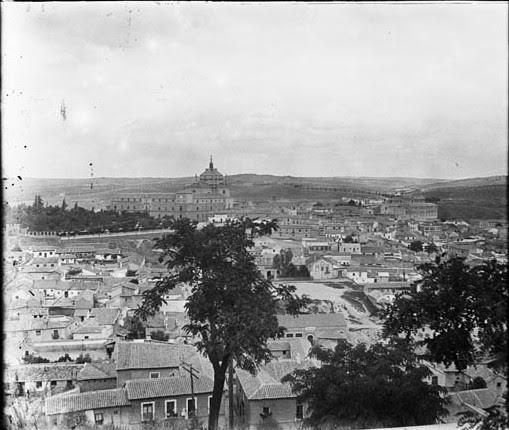 Hospital Tavera y Barrio de las Covachuelas  en junio de 1927. Fotografía de Albert Oliveras i Folch. © Arxiu Fotogràfic de Catalunya. Centre Excursionista de Catalunya