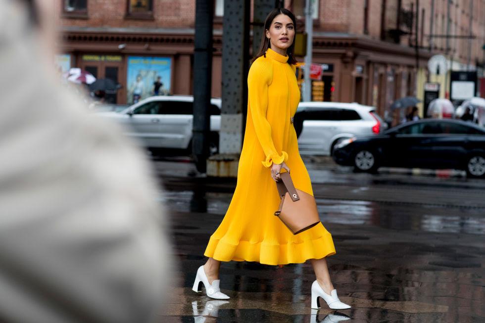Abrigos, vestidos y complementos se tiñen del color más cálido.