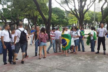Grupos estão se concentrando na Praça do Derby, no Recife. Entre os simpatizantes, membros