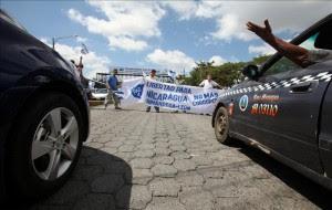 Varias personas se manifiestan frente a la sede del Consejo Supremo Electoral (CSE).