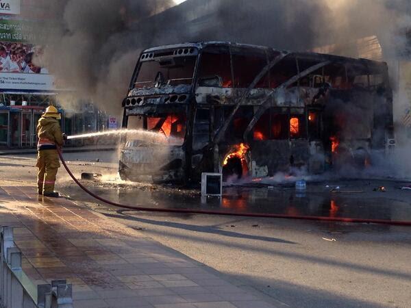 autobus incendiato Thailandia: scontro frontale contro la democrazia