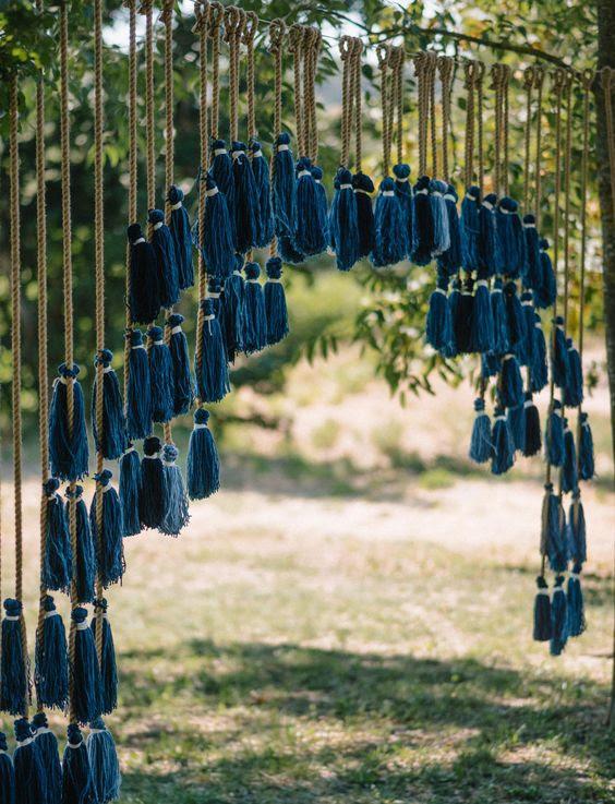 ein indigo Quaste Hochzeit Kulisse für eine boho-Hochzeit