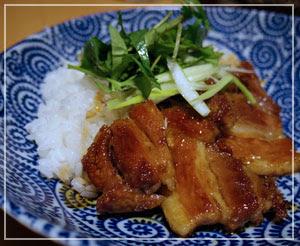 夕飯は「ゆで豚の甘辛煮丼」。甘辛照り照り味。