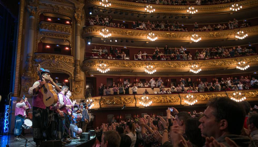 El público aplaude tras una canción de una chirigota