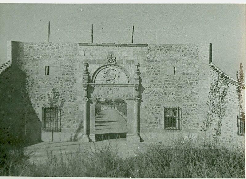 Portada del Palacio de Munárriz recién trasladada al Cigarral del Ángel a mediados del siglo XX