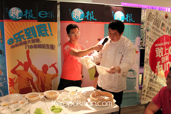 Chef Ma Wei demonstrating how to make popiah.