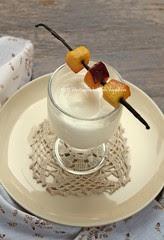 Spuma di yogurt alla vaniglia con spiedini di pesche caramellate