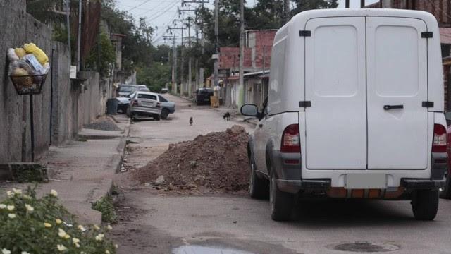 Rua transversal à Albino Imparato, a principal do bairro, foi bloqueada com terra