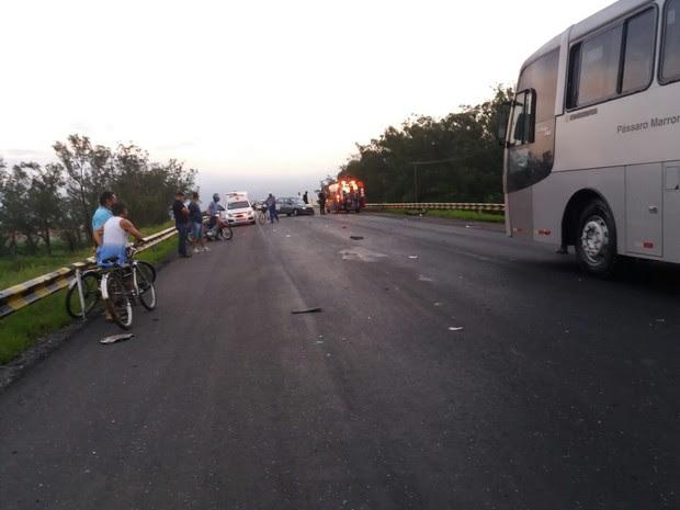 Uma mulher ficou ferida durante batida entre dois carros (Foto: Vanguarda Repórter/Marco Castro)