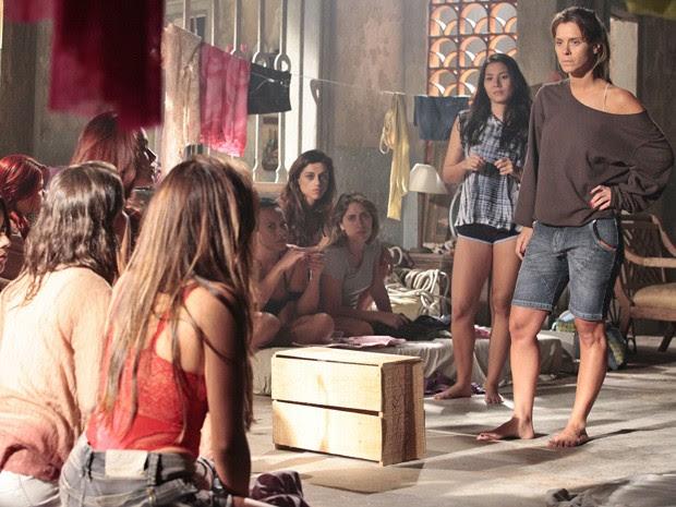 Jéssica conta para as meninas que Irina está presa no lugar de Morena (Foto: Salve Jorge/TV Globo)