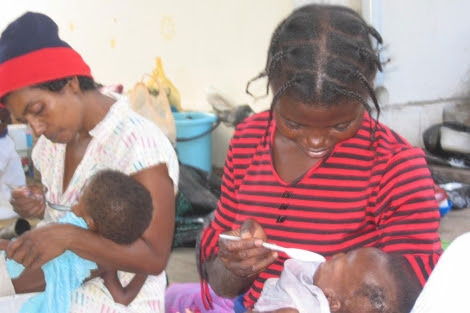Madres y niños en el Hospital de Manhiça, especializado en malaria. | Juan Carlos de la Cal.