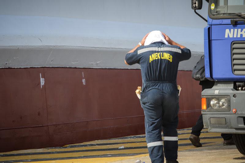 Παρόντες στην προσπάθεια κατάσβεσης και οι εργαζόμενοι του πλοίου