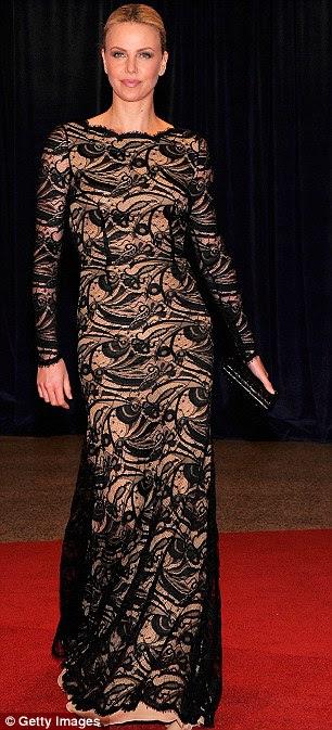Back to Black: Charlize Theron optou por um vestido preto e nude rendado cor, enquanto Reese Witherspoon grávida cobriu a colisão do bebê em preto