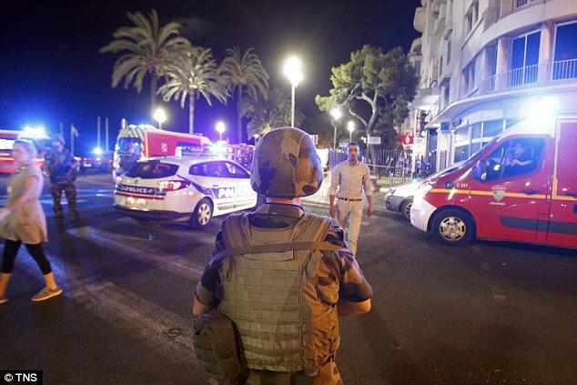 Crackdown: presidente François Hollande tem chamado a tragédia um ataque terrorista e que estendeu o estado de emergência, que foi criado para acabar com 26 jul da França, por mais três meses