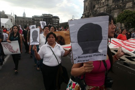 DF. Miles exigen la aparición de los normalistas de Ayotzinapa. Foto: Benjamin Flores