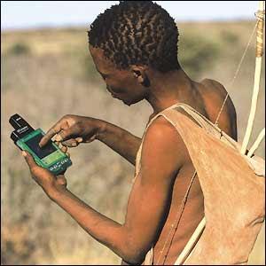 Caçador africano manejando GPS