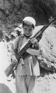 copil-afgan-cu-ak-47