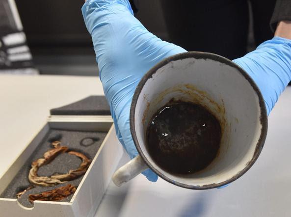 La tazza con il doppio fondo e monili nascosti da 70 anni (Epa/Bednarczyk)