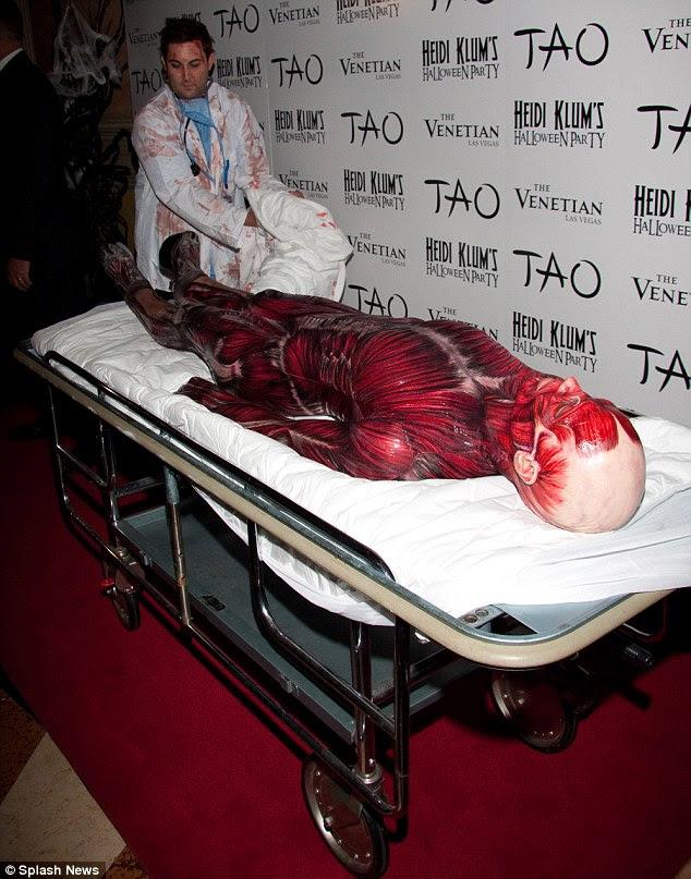 Gaya Halloween 2011 Heidi Klum sangat mengerikan