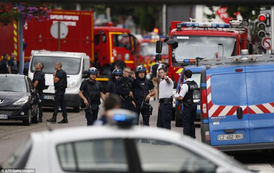 A polícia ainda está procurando a identidade do segundo atacante, e continuam a realizar ataques.  Retratados, oficiais franceses e carros de bombeiros no local da tomada de reféns