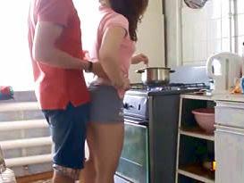 Abordou a noiva ninfeta por trás e fudeu com ela na cozinha