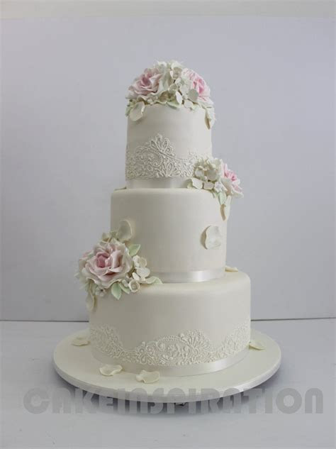 WEDDING COLLECTION / VINTAGE 3 TIERS WHITE WEDDING CAKE